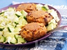 Рецепта Пържени бобени кюфтенца на тиган с гарнитура от зелена салата и краствавица